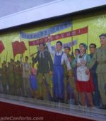 Mural de propaganda dentro do metrô de Pyongyang Coreia do Norte